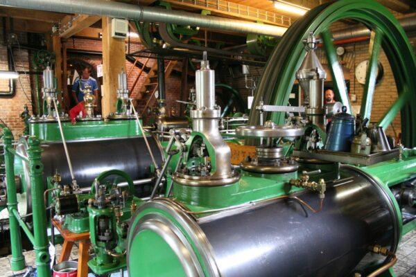 De mengmachine voor het kneden van het deeg wordt aangedreven door een stoommachine.