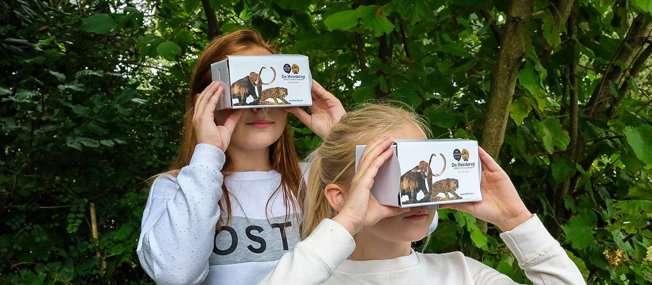 Kids kijken in VR bril terug in de tijd